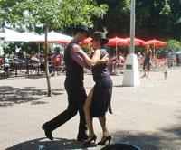 bailando tango en el barrio de San Telmo